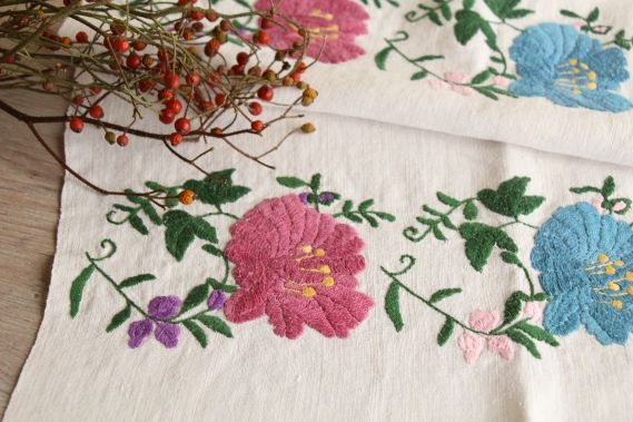 antique charming linen TOWEL handstitched embroidery floral folklore D 916